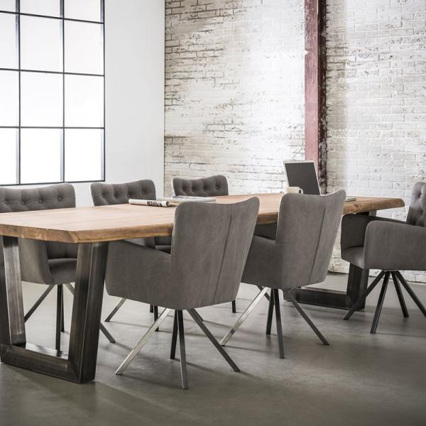 Houten tafel met metaal