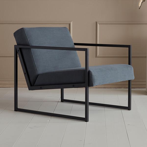 Moderne fauteuil met armleuningen samenstellen