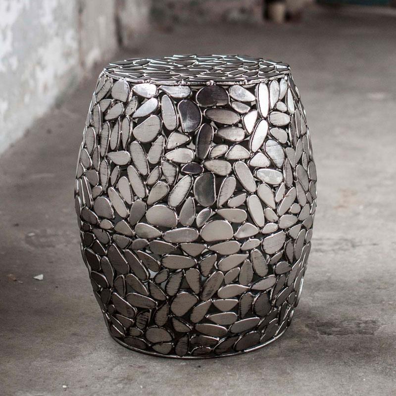 Hoge zilverkleurige bijzettafel met stenen