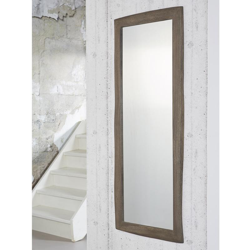 Langwerpige spiegel met donkeren houten frame