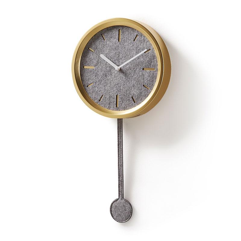 Grijze klok met details van vilt